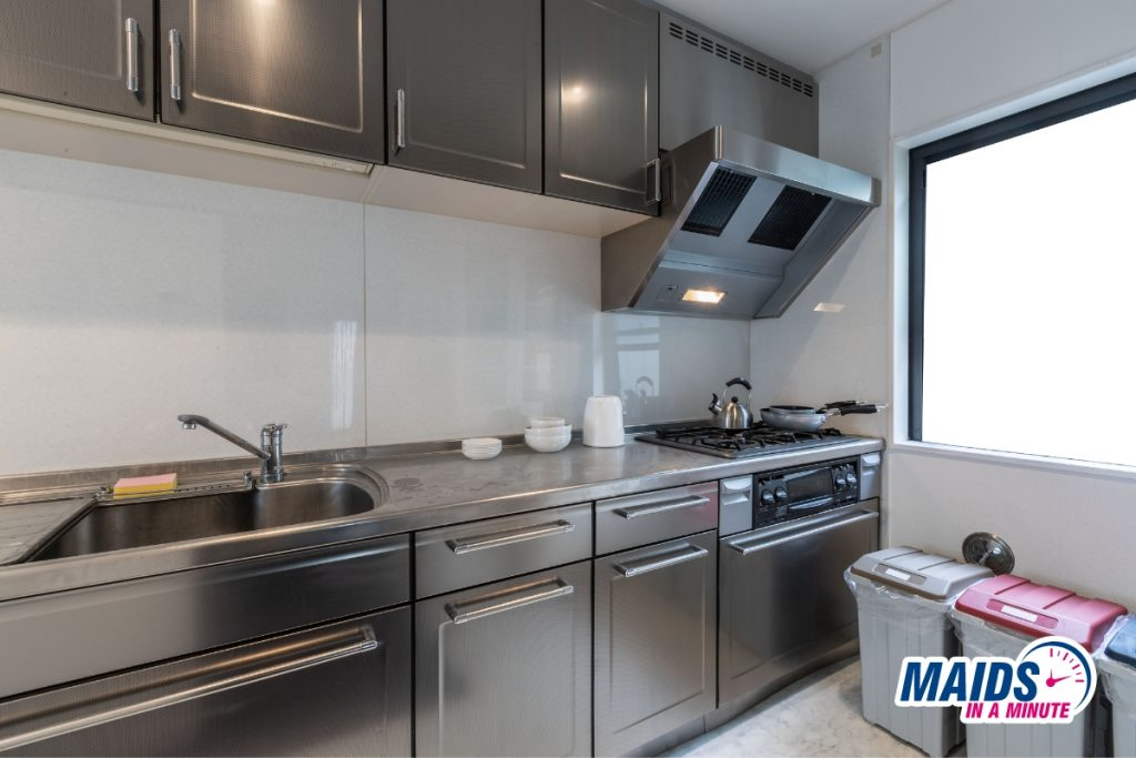 Maids in a minute - Cleaning metal cabinets
