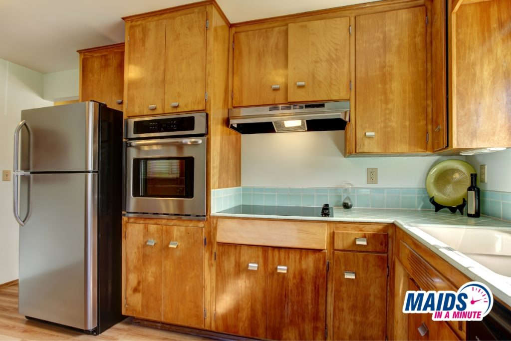 Maids in a minute - Cleaning wood kitchen cabinets